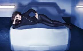 Lana Del Rey, Лана Дель Рей, певица, девушка, брюнетка, лежит, машина, куртка, штаны, черные, лампы обои