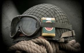 Картинка очки, каска, пачка сигарет, армейская