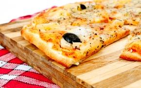 Обои Italian cuisine, meat, Pizza, оливки, доска, dish, onion, полотенце, пицца, травы, помидор, маслины, мясо, towel, ...