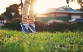 Картинка трава, свет, ноги, кеды
