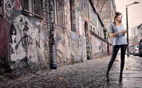 Картинка девушка, город, улица, блондинка, телефон, тротуар, лосины, красные губы, футболка в полоску, легинсы