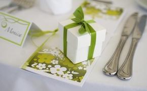 Картинка белый, стол, праздник, подарок, приборы, тарелка, бантик, свадьба, открытка, коробочка, светло-зеленый