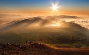 Обои туман, солнце, лучи, люди, утро