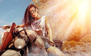 Обои gun, brunette, motorcycle, pose, dirt glasses