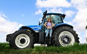 Картинка девушка, джинсы, трактор, фермер