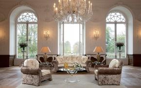 Картинка дизайн, стиль, диван, мебель, лампа, розы, интерьер, кресла, люстра, ваза, столик, большие окна, дом-замок