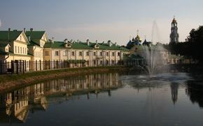 Картинка вода, город, отражение, дома, решетка, церковь, фонтан