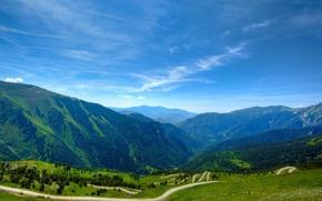 Картинка дорога, зелень, трава, пустота, солнце, облака, радость, горы, тепло, высота, воздух, зелёный, ярко, светло, простора