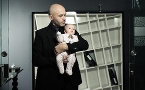 Картинка ребенок, отец, офис, мужчина, младенец, бизнес, мужчина в черном костюме, любовь к ребенку