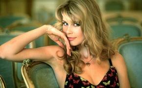 Картинка Девушка, сидит, смотрит в камеру, Claudia Shiffer, известная супер модель, руки на лице, кулон на ...
