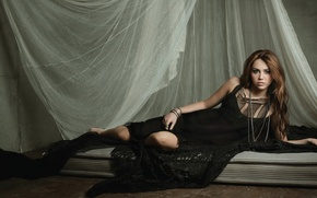 Картинка Девушка, шатенка, штора, черное платье, матрас