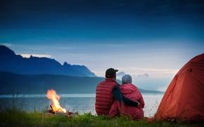 Картинка трава, туман, озеро, огонь, вечер, пара, палатка, сумерки, костёр