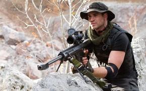 Обои The Expendables 2, оружие, Неудержимые 2, винтовка, панама, Liam Hemsworth, Billy, оптика, Лиам Хемсворт, камни, ...