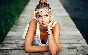 Картинка глаза, озера, блондинка, wood, eyes, lake, дерева, blonde, мол, pier, корона из цветов, crown of …