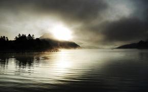 Картинка деревья, закат, туман, озеро, гора, ель, пирс, солнечные лучи