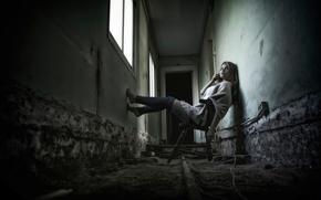 Картинка девушка, коридор, стул, ножки, гетры
