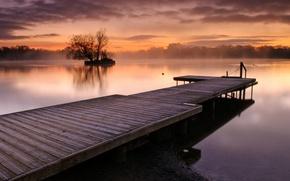 Обои небо, вода, облака, деревья, закат, оранжевый, туман, озеро, гладь, Англия, вечер, Великобритания, дымка, деревянный, мостик, ...