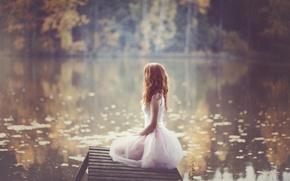 Картинка осень, вода, девушка, природа, размытость, платье, рыжеволосая