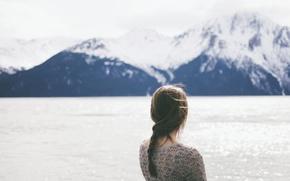 Картинка вода, девушка, горы, ветер, коса, косичка