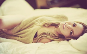Картинка smile, beauty, face, blonde, bed, lying, sweater