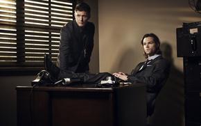 Картинка стол, актеры, Дин, мужчины, Supernatural, Jensen Ackles, Сверхъестественное, костюмы, Sam, Dean, Сэм, Джаред Падалеки, Дженсен ...