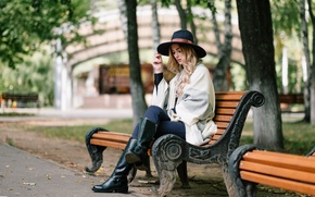 Картинка девушка, скамейка, лицо, парк, волосы, шляпа, сапоги