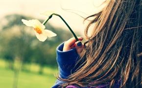Картинка девушка, цветы, свежесть, девушки, настроение, романтика, настроения, одежда, волосы, нежность, прогулка, нарциссы