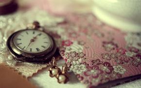 Обои макро, украшения, время, стол, часы, серьги, тетрадь