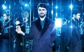Обои отражение, свет, пальто, Now You See Me 2, синева, карты, зеркала, шарф, Дэниэл Рэдклифф, лампочки, ...