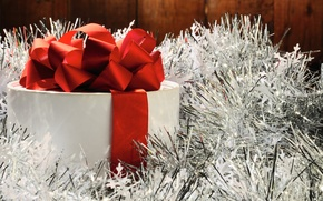 Обои красный, праздник, коробка, подарок, новый год, лента, белая, silver, red, white, new year, серебристая, мишура, ...