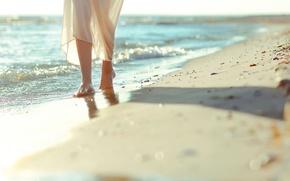 Картинка широкоформатные, настроения, фон, природа, камешки, пляж, обои, песок, море, HD wallpappers, волны, девушка, полноэкранные, ноги, …