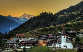 Обои лес, деревья, горы, дома, вечер, склон, церковь, городок, Щвейцария, Biel Goms