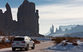 Обои снег, зима, дорога, audi q7, auto, ауди, небо, скалы, пейзаж, landscape
