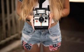 Картинка шорты, камера, руки, Polaroid