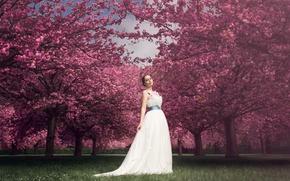 Картинка трава, женщина, губы, белое платье, вишни, прямой взгляд, синий пояс