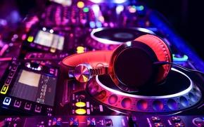 Картинка party, микшер, наушники, свечение, instrument, пульт, инструмент, макро, усилитель, свет, headphones, вертушки, линии, музыкальный, размытость, ...