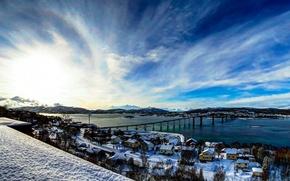 Картинка зима, небо, облака, снег, деревья, горы, мост, дома, залив, норвегия