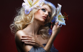 Картинка взгляд, девушка, цветы, фон, бабочка, модель, макияж, блондинка, кудри