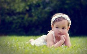 Картинка трава, ребенок, девочка, смотрит, маленькая