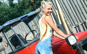 Картинка девушка, джинсы, трактор