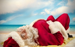 Картинка море, пляж, небо, облака, шапка, ситуация, очки, лежит, шуба, борода, Санта Клаус, красная, на песке, …
