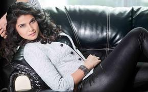 Картинка диван, актриса, брюнетка, лежит, браслет, индианка, Manisha Shree