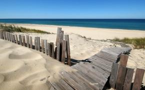 Картинка пляж, деревяный забор, и синий океан
