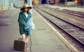 Картинка девушка, вокзал, чемоданы