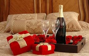 Картинка вино, бокалы, подарки, Кровать, шампанское, поднос, розочки