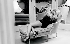 Картинка модель, кресло, платье, зеркало, блондинка, туфли, лежит, черно белая, Kate Upton