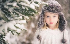 Картинка девочка, взгляд, ребёнок, снег, блондинка, ёлка, сероглазая, шапка, ветки