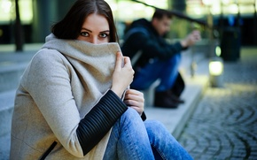 Обои взгляд, девушка, фон, пальто