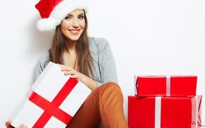 Картинка девушка, улыбка, шапка, Новый Год, Рождество, подарки, шатенка, Christmas, шапочка, праздники, коробки, New Year, новогодняя