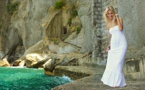 Картинка вода, девушка, улыбка, камни, белое, модель, платье, актриса, блондинка, Luisana Lopilato, Луисана Лопилато